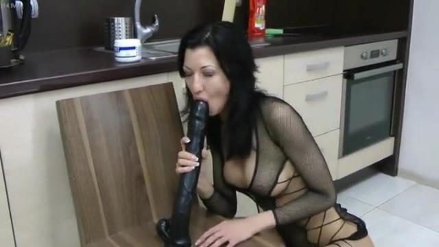 Babe setzt einen langen Dildo in ihren Arsch