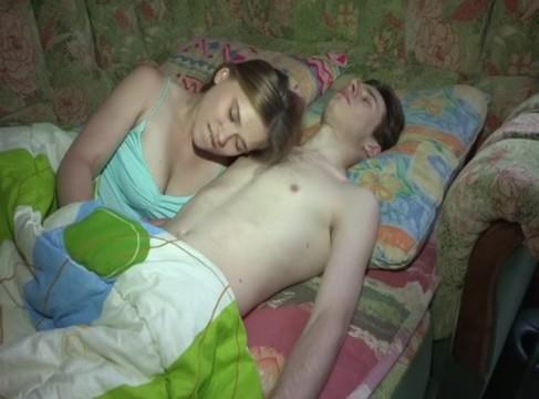 Nacktes Mädchen erwartet Sperma im Arsch