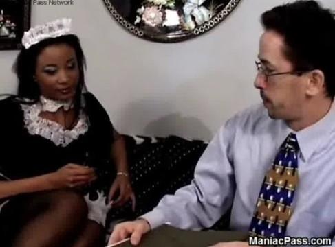 Schwarzes Dienstmädchen in Strümpfen gepoppt