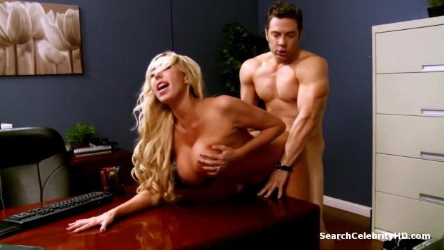 Sekretärin mit riesigen Titten im Büro gepoppt