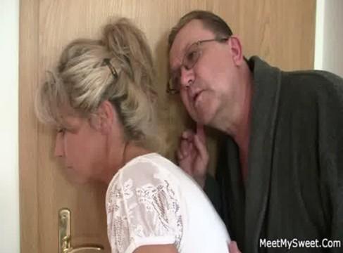 Altes Paar fickt mit jungem Mädchen