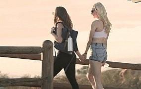 Zwei Lesben auf einem Abenteuer
